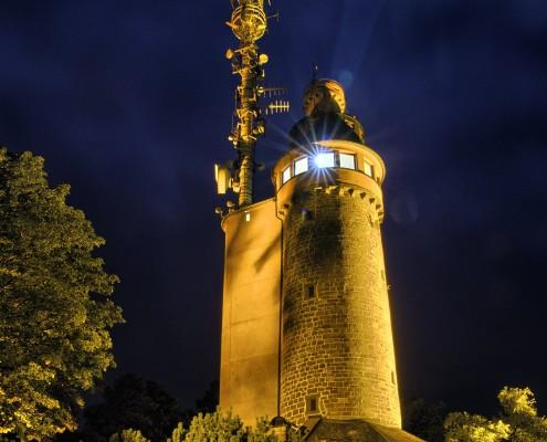 Der Merkurturm bei Nacht